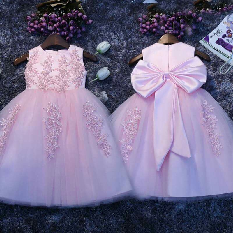 I love the bow! It makes it sooooo CUTE! | Vestidos niñas ...