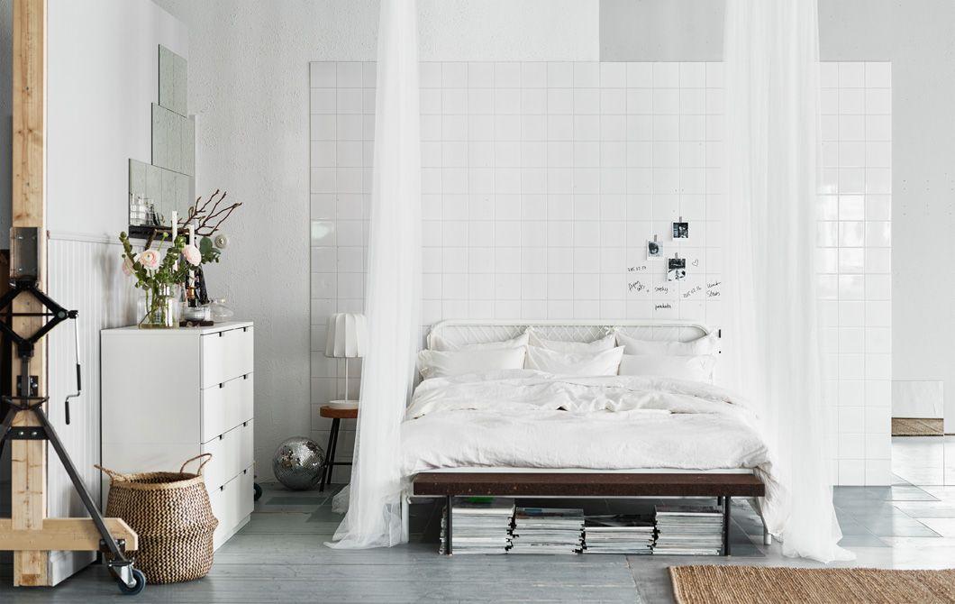 Ein großes, weißes Bett, frische Bettlaken, Stoffe Wie sieht dein - gro es schlafzimmer einrichten