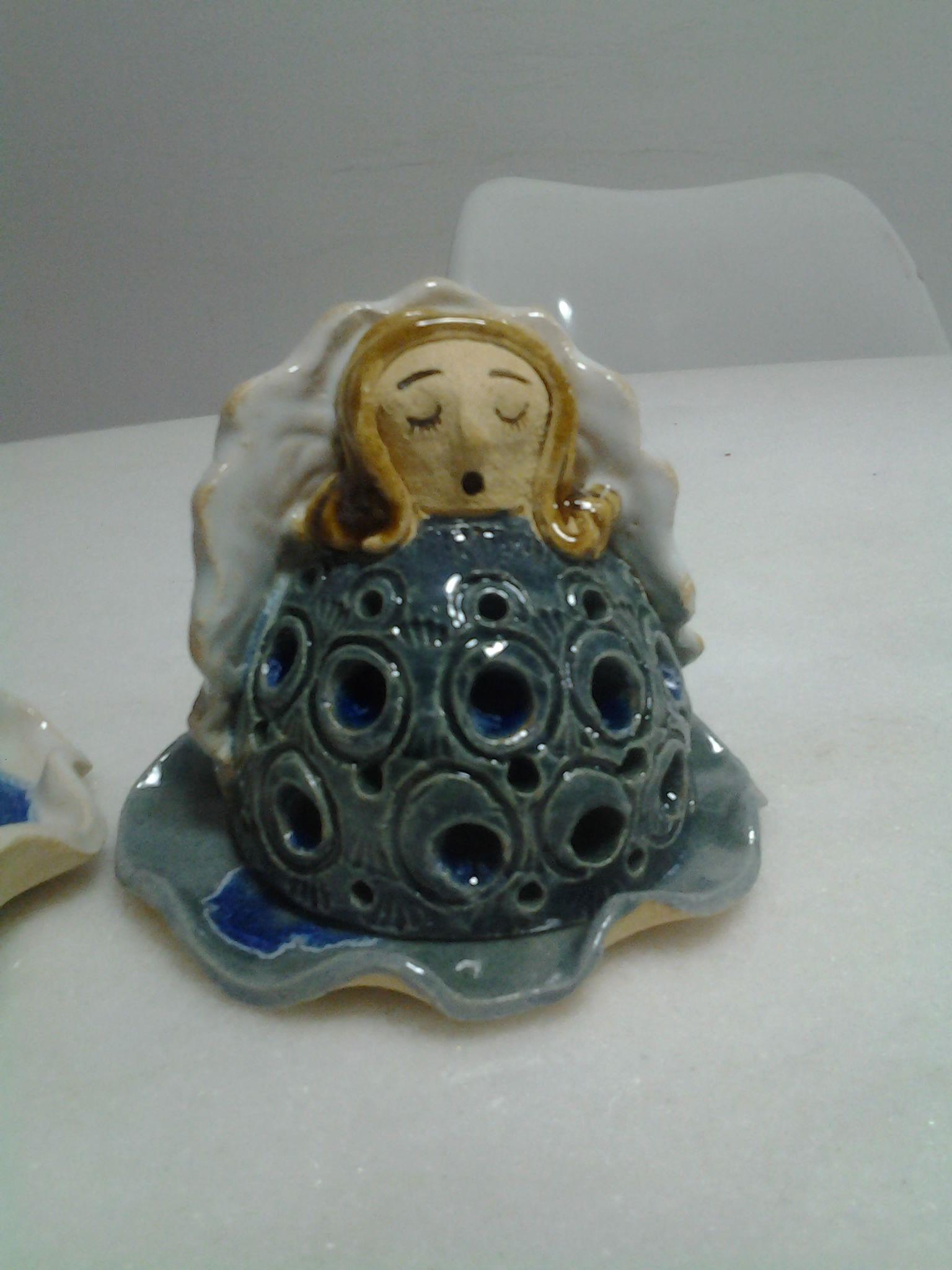 Anjinho de cerâmica, é uma luminária, pode-se colocar uma velinha no pratinho.