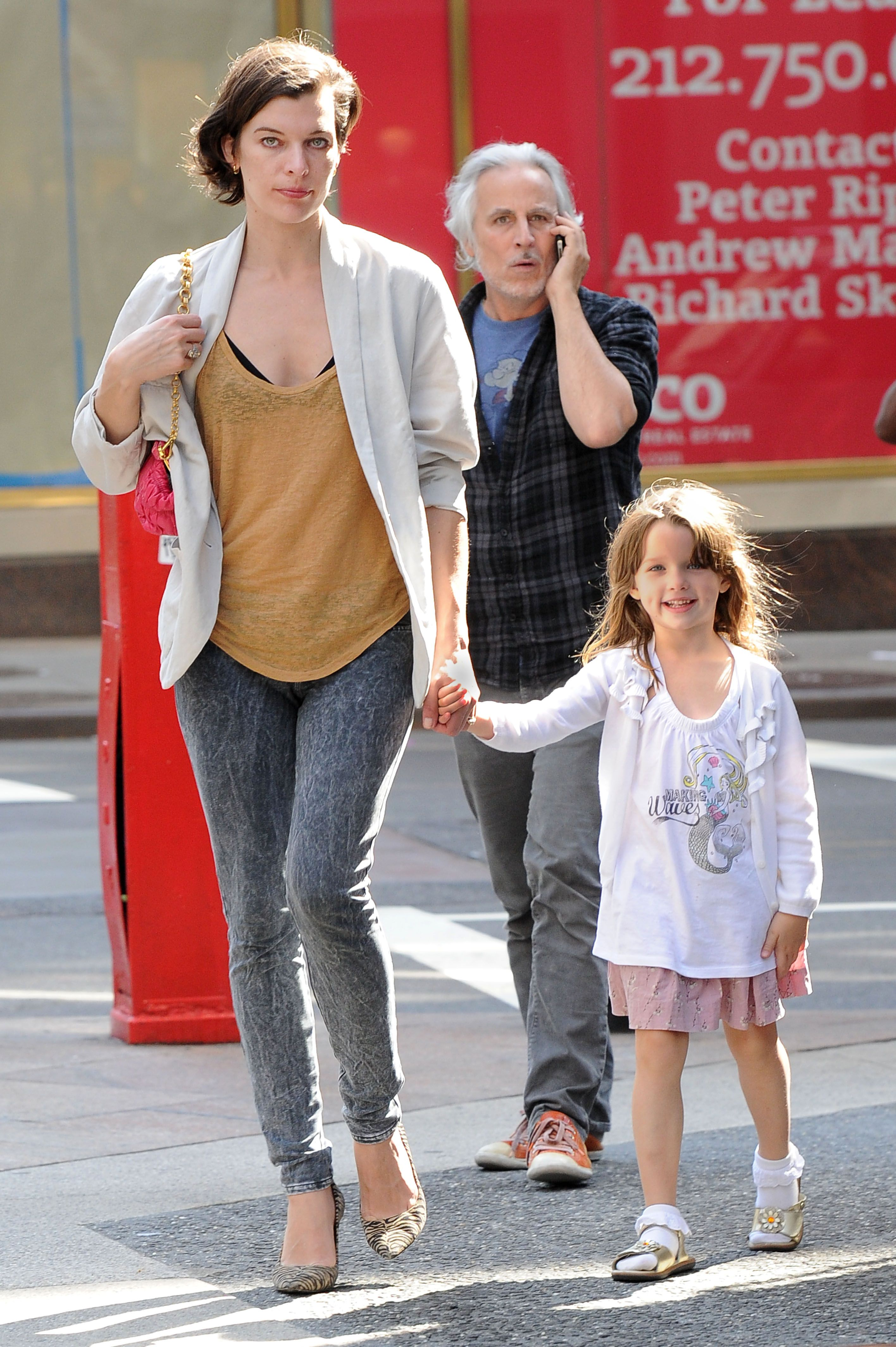 Three princesses: Milla Jovovich and her daughters fascinated the Internet 23