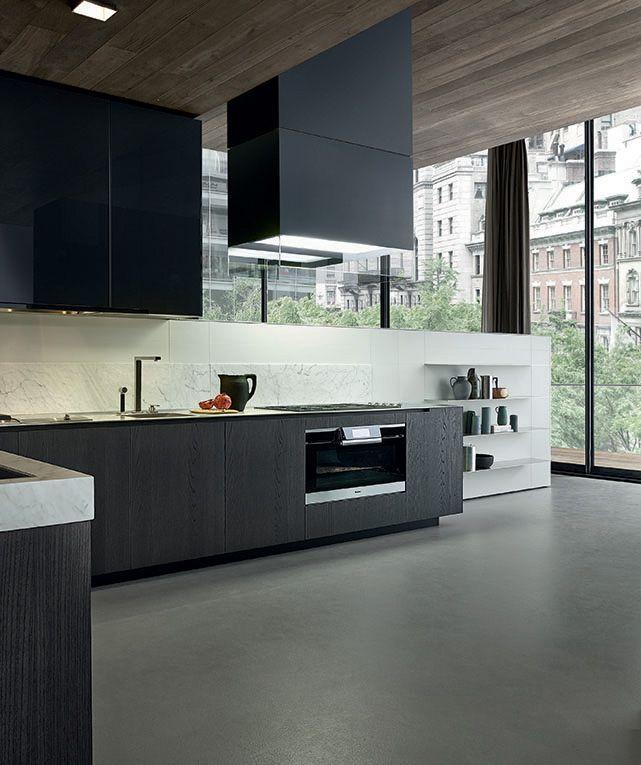 Cocina moderna con madera gris/oscura, marmol en la pared y ...