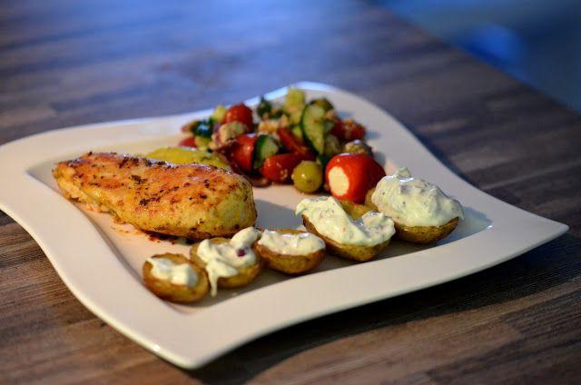 Hähnchenbrust mit Kartoffelschiffchen, Greek Salad und Tzaziki -Knoblauch Dip