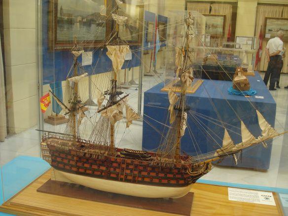 DSC09550Santíssima Trindade, o maior navio do séc. XIX pertencente à Armada Espanhola. Dispunha de uma artilharia formada por 140 canhoes, e acabou sendo capturado pelos ingleses na crucial Batalha de Trafalgar (1805), cujo desenlace final provocou a perda de Gibraltar para os britânicos. Os ingleses se esforçaram em salvar o barco e levá-lo a Gibraltar, mas o barco acabou naufragando ao sul de Cádiz.