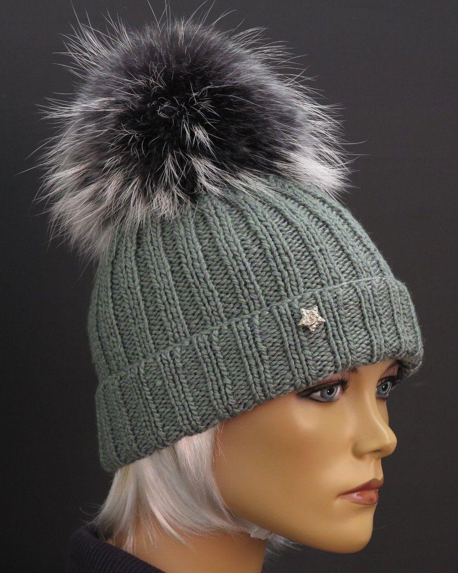 211720367f6 Dámská zimní čepice v šedé barvě - ručně pletená z merino vlny zdobená  luxusní kožešinovou bambulí