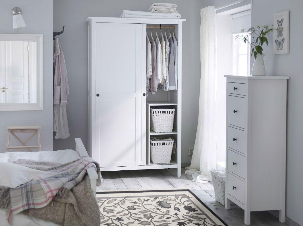 Amazing Ein Schlafzimmer in traditionellem Wei u a mit HEMNES Kleiderschrank mit Schiebet ren und HEMNES Kommode mit