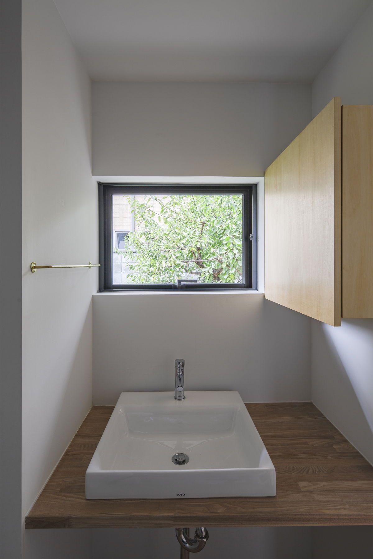 洗面鏡は戸棚扉の内側に仕込み 常時は庭を眺められる仕組み