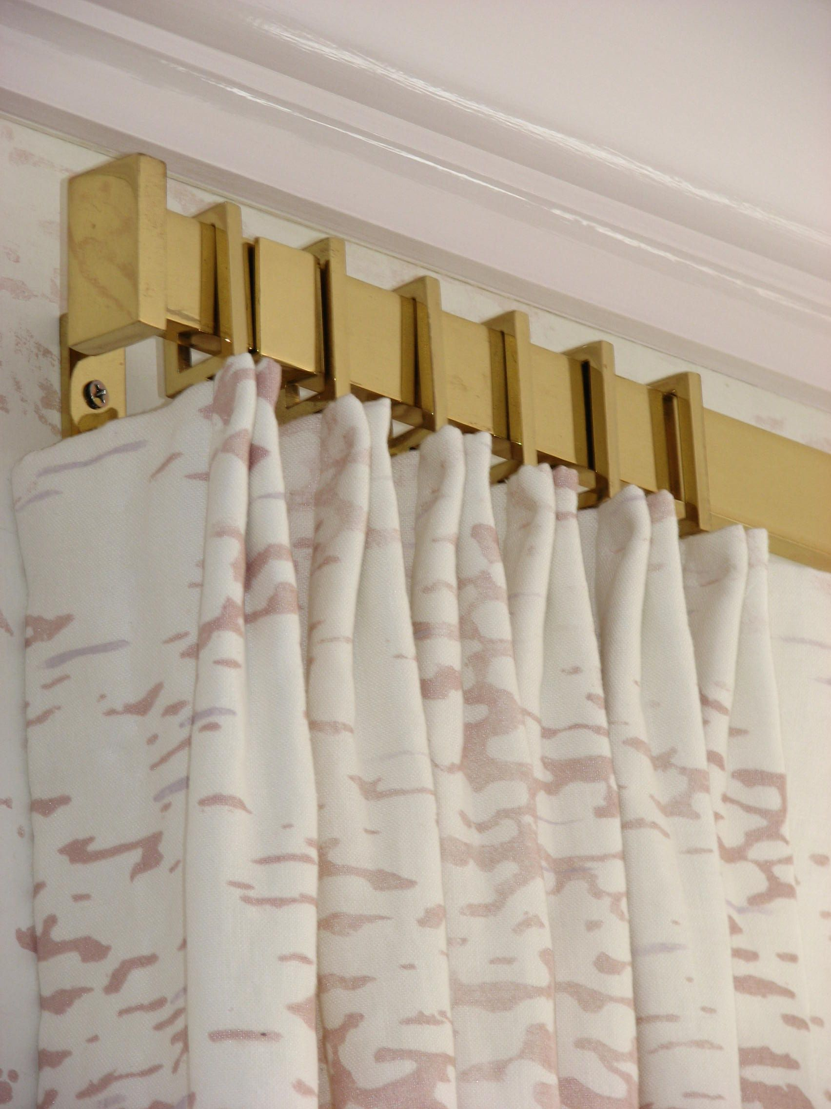 Rectangular Drapery Rod And Rings In Polished Brass