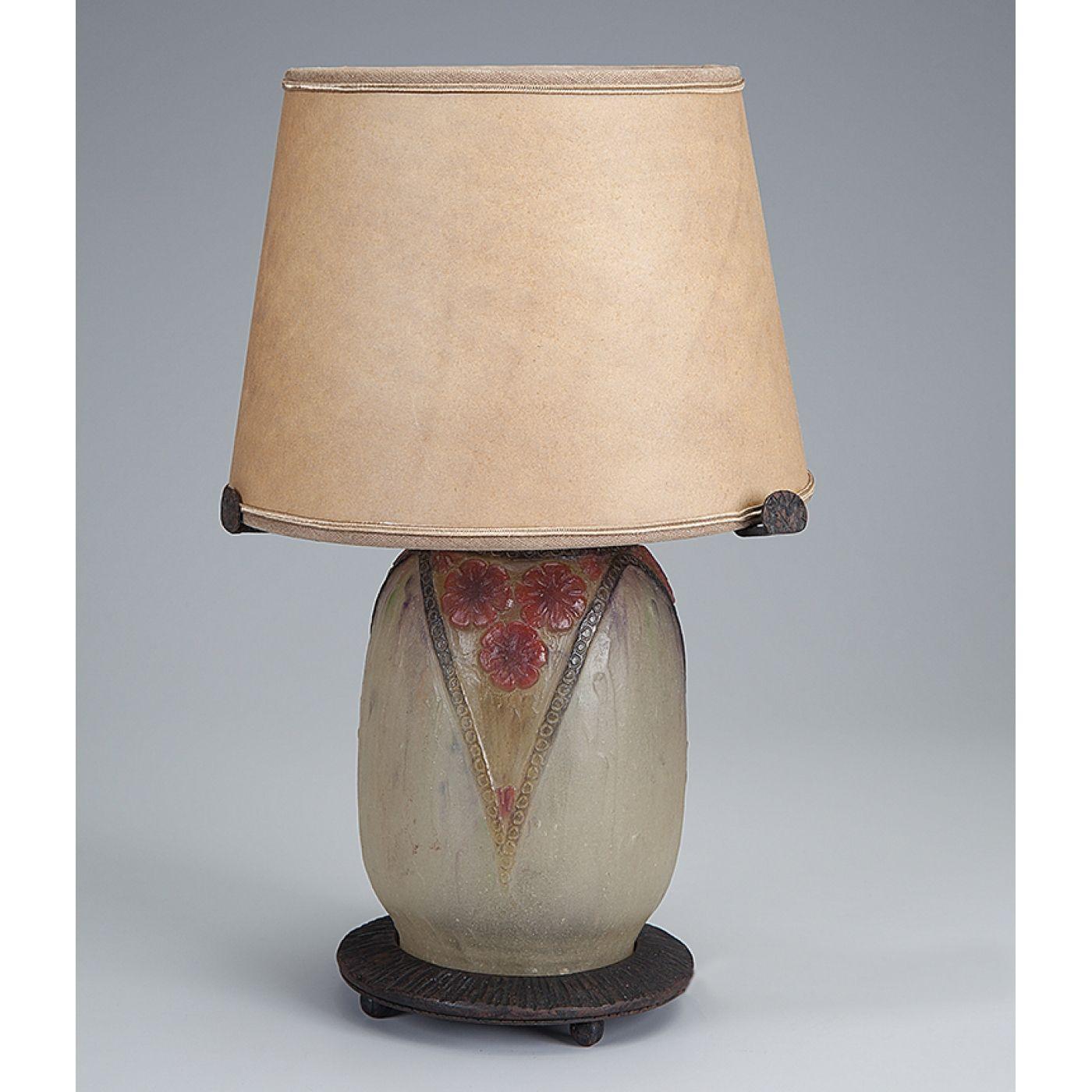 Abajur de mesa de pasta de vidro art deco, base e apoio da cúpula (adaptada) em fér-forgé. Assinado por Argy Rousseau. 33 cm de altura. França, séc. XX. Base R$5.000,00 set14.