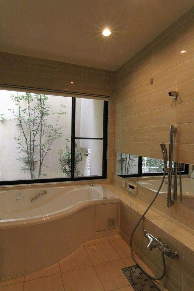 広々ゆったりバスルーム 石と塗り壁の家 バス トイレ事例 Suvaco