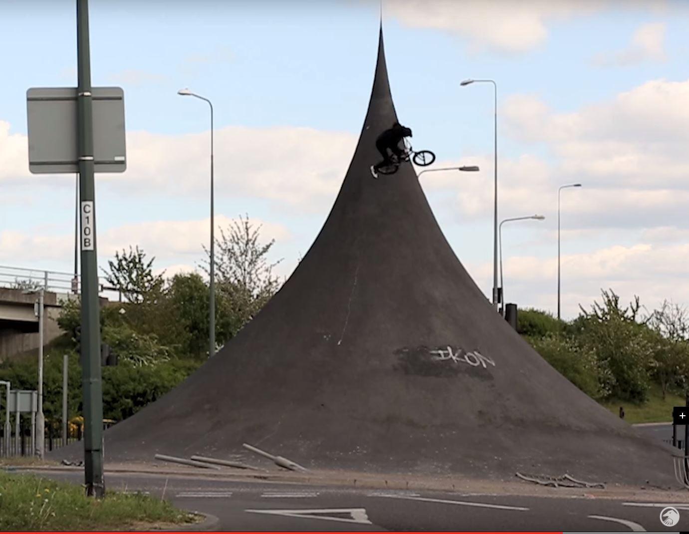 Huge tailwhip on the spire, Ollie Sheilds vid Bmx street