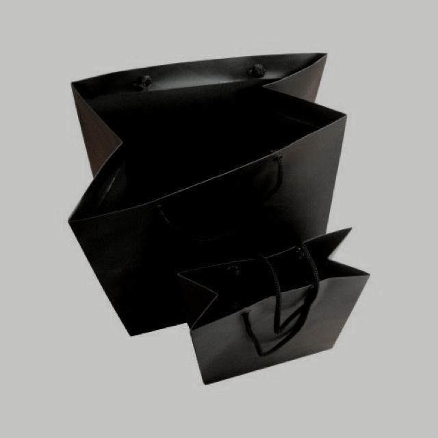 Sacolas no Alto Alvura 180 gramas, impressas 1x1 cor, com BOPP. Destaque no preto fosco.