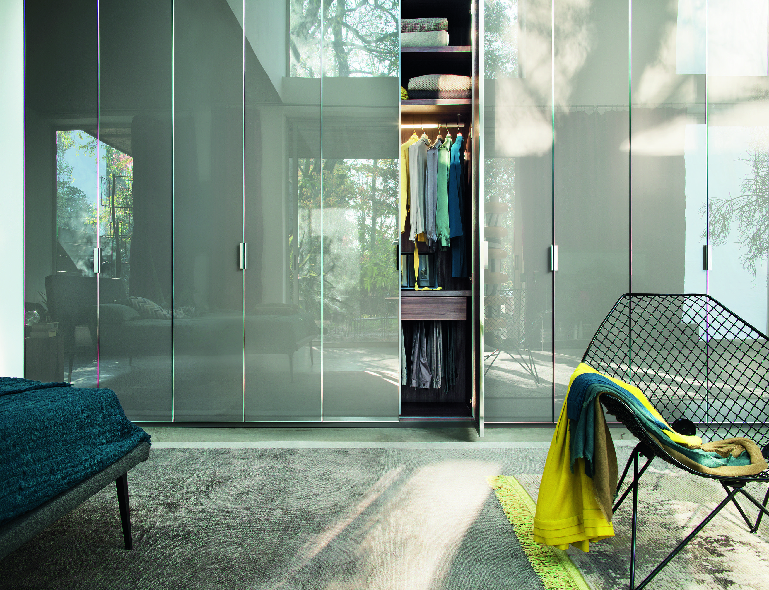 Versatile ponte 7 ante, colore noce e bianco lucido. Nur Is A Luxurious Wardrobe By Lema That Can Be Customised To Suit Your Needs Porte Guardaroba Design Della Camera Da Letto Disegni Armadio