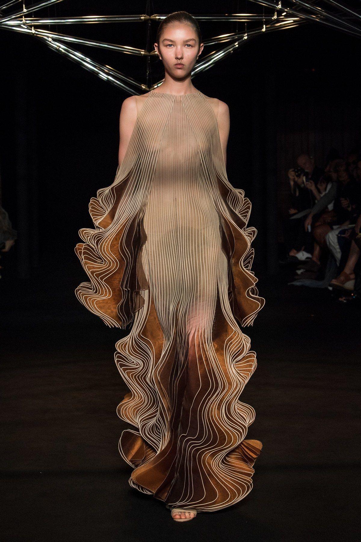 Iris van Herpen Fall 2018 Couture Fashion Show #fallbeauty