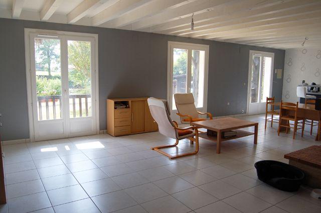 poutres au plafond et papier peint id es renovation. Black Bedroom Furniture Sets. Home Design Ideas