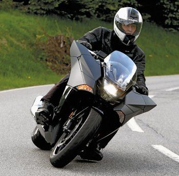 An der Honda NM4 Vultus scheiden sich die Geister, mehr noch als an der DN01. Dabei hat die Vultus eine solide Basis und echte Cruiser-Qualitäten und unerreichtes Hinguck-Potential. Gregor hat sie gefahren ...