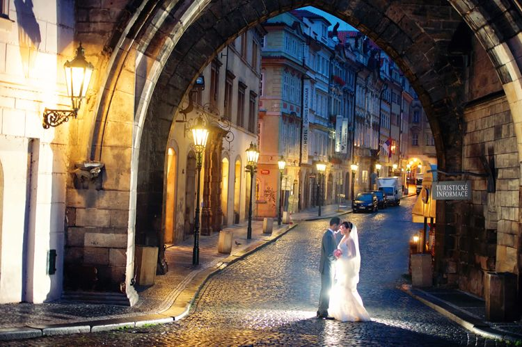 Trash the dress Juliana & Daniel - Praga Parte I Olá, noivinhas!Hoje é dia de inaugurar o novo espaço do Blog Vestido de Noiva, o de Casamentos Reais, com ensaios de pre-wedding, casamentos e tr...