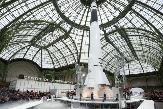 「シャネル(CHANEL)」が、パリ・グランパレで2017-18年秋冬プレタポルテコレクションを発表した。会場中央には、37メートルの高さのロケットのオブジェが設置され、90人のモデルがその周囲をウォーキングした。