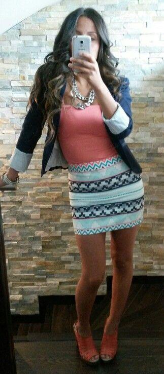 Zara outfit look falda menta y coral con blazer azul marino para salir de fiesta