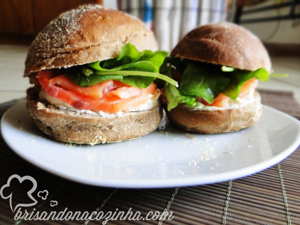 Brisando na Cozinha: Sanduíche de salmão defumado, coalhada seca com toque de limão siciliano e rúcula no pão australiano