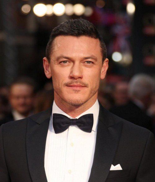 "Luke Evans France on Twitter: ""- Luke Evans, tapis rouge des #OlivierAwards - Photo par Joel Ryan via https://t.co/PLuZUlH7cE #LukeEvans #Luketeers https://t.co/BeW2IKmwCh"""