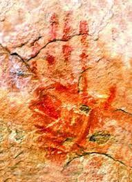 Mujer recogiendo miel arte rupestre