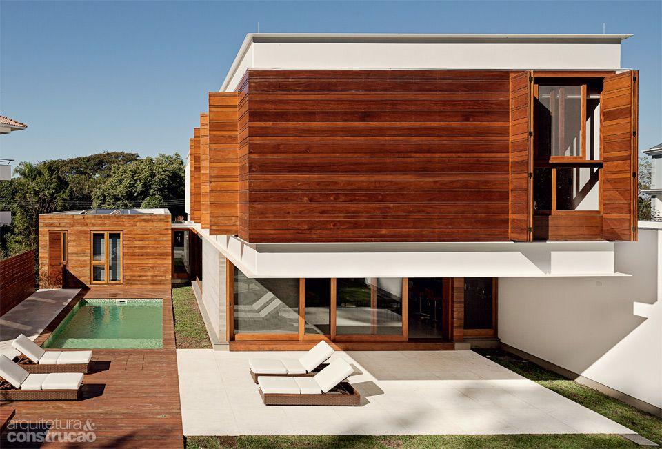 Uma casa sem muros em Porto Alegre, protegida pela fachada - Casa