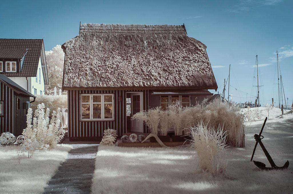 Schönes Haus auf Hiddensee in Infrarot