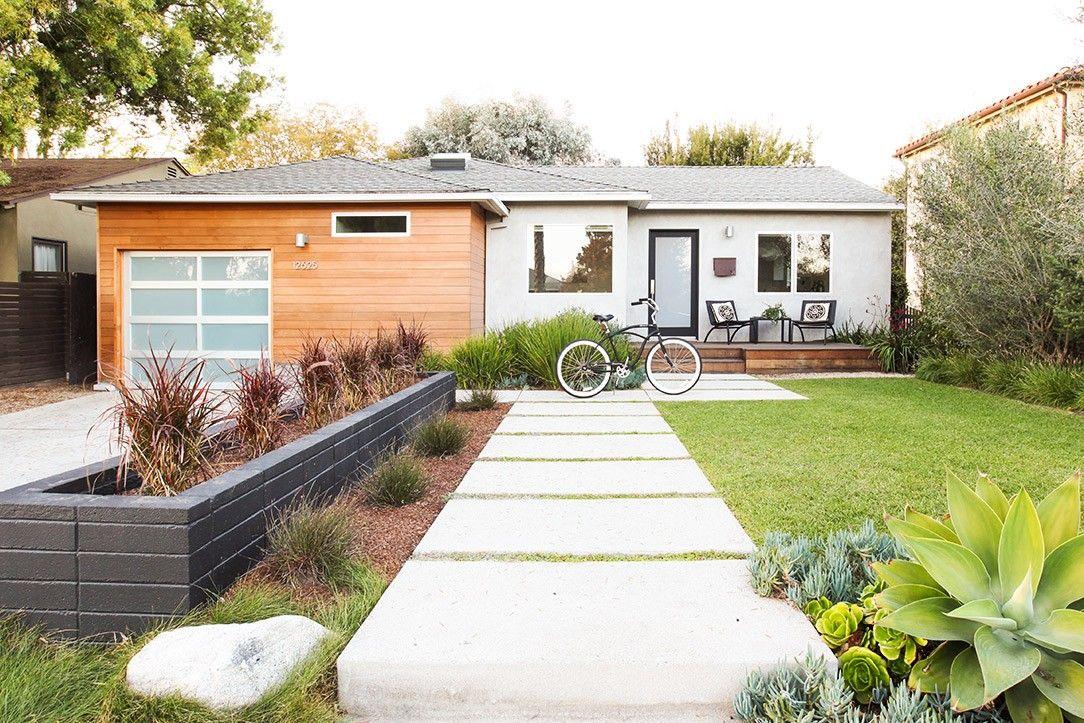 Home tour a modern playful la bungalow via mydomaine - Sublime maison blanche de la plage en californie ...