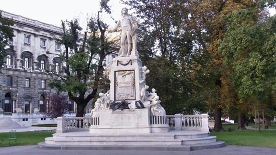 WOLFGANG AMADEUS MOZART.Estátua no memorial Wolfgang Amadeus Mozart no jardim de Burggarten, Viena, Áustria. O monumento foi criado pelo escultor Viktor Tilgner em 1896