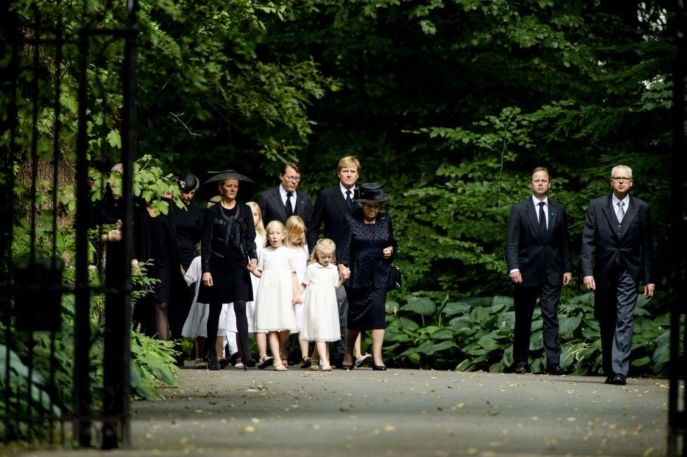 The royal family ran for the start of the funeral service of Castle Drakensteyn to Stulp Church