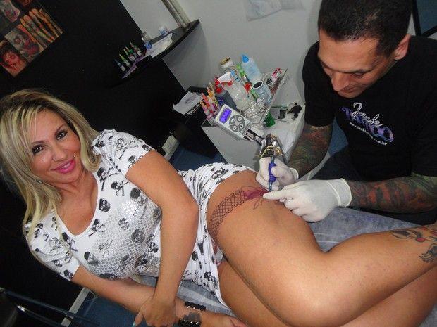 Sabrina Boing Boing faz nova tatuagem.  Cinta liga com 90cm de diametro.