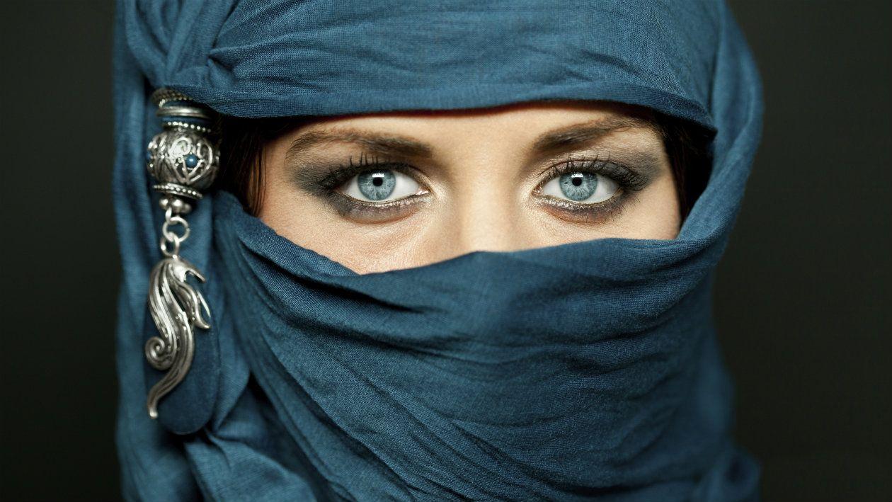 Si te pregunto por qué crees que las mujeres musulmanas cubren su cabeza, seguro tu respuesta sería: por religión, cultura, tradición o algún otro adjetivo similar.Todas sabemos que el hecho de que cubran su cabeza tiene que ver con su forma de pensar y la de la sociedad en la que viven, pero, ¿hay algo más detr