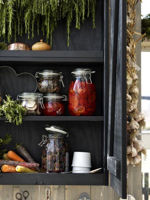 L\'aspetto tradizionale dei barattoli crea un ambiente rustico in ...