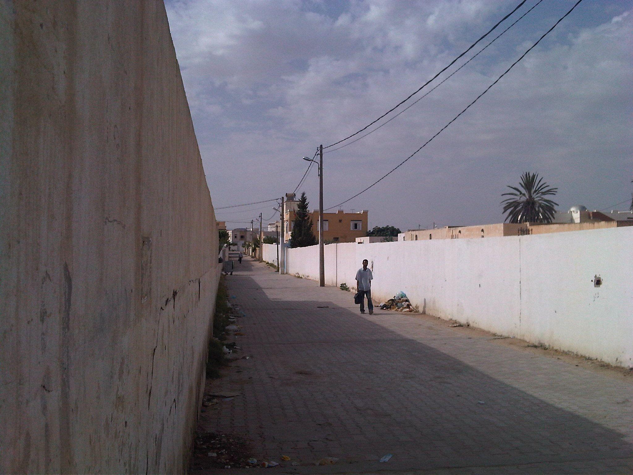 #tunisia Solo un piccolo parcheggio dall'altra parte della strada. Poiché gli abitanti della città per lo più non si possono permettere l'auto, è quasi sempre vuoto anche se si trova di fronte agli uffici del governatore. La posta è il primo palazzo a sinistra, nella moschea principale si entra cinquanta metri più a destra.  Bouazizi si è bruciato qui.