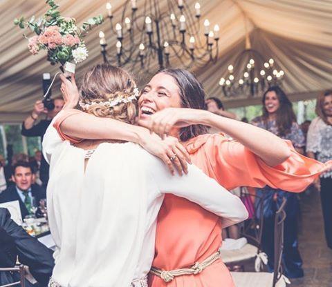 Ese abrazo entre hermanas... Todos los detalles de la boda de Cristina y Eduardo en el blog con imágenes de @elenabau_fotografia