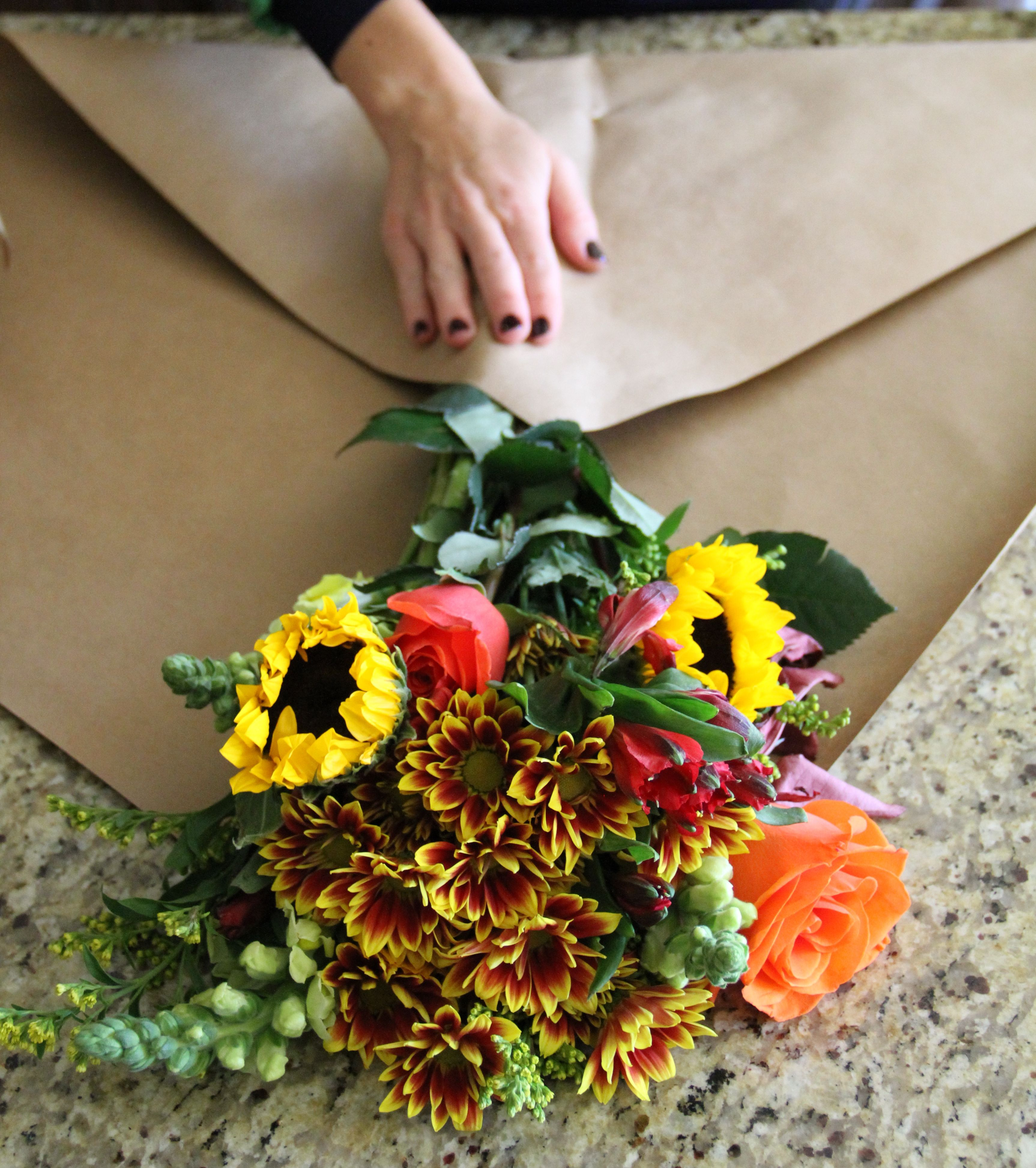 How to wrap flowers in paper Wrap flowers in paper