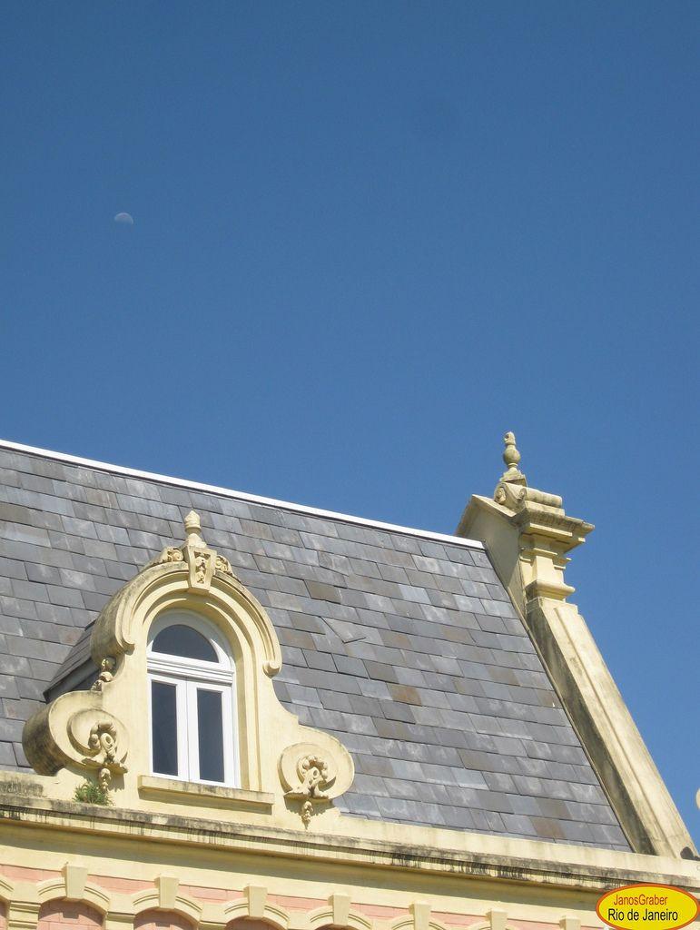 Contraste do telhado da estação de Guaratinguetá  com o céu.