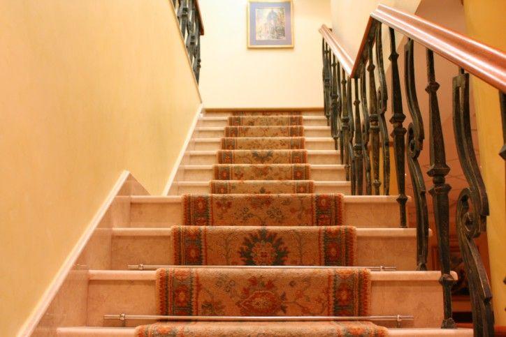 treppe mit schmiedearbeiten balustrade und teppich l ufer 30 spektakul re treppen. Black Bedroom Furniture Sets. Home Design Ideas