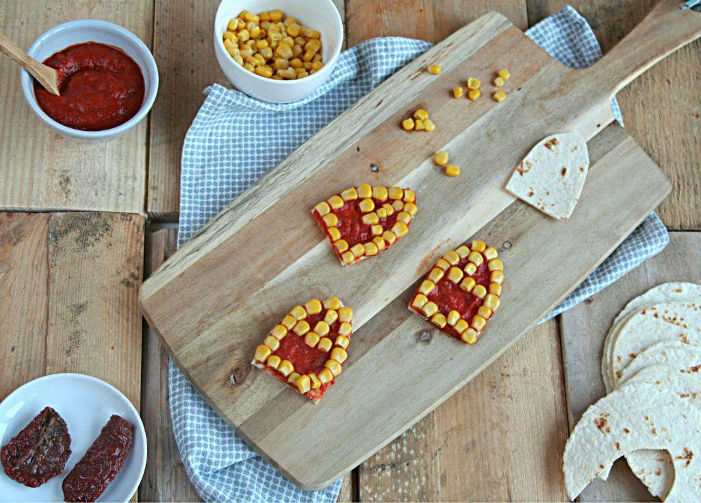 Een Sinterklaas hapje gemaakt van wraps, tomaten en maïs. Een gezond tussendoortje.