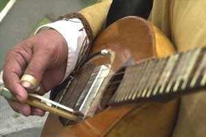 """Sachaguitarra de Elpidio Herrera. Buscando reconstruir cómo sonaban las guitarras caseras de los antiguos paisanos, Elpidio comenzó reiventando la caspi guitarra. Viajó para mostrarla en un programa de radio y cuando volvió, una señora de su barrio le llevó a su madre una calabaza y le dijo """"Como Elpidio es travieso, capaz que pueda hacer algo, tal vez una guitarra"""" y ahí comenzó a darle una idea.  Le puso cuatro cuerdas a la calabaza y le dio la afinación conocida como temple del diablo."""