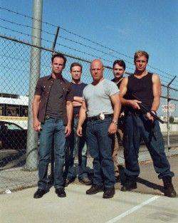The Strike Team - The Shield. El Grupo de Asalto, primera temporada. Con el Detective Terry Crowley (Reed Diamond), segundo por la izquierda, Detective infiltrado en el Equipo de Asalto por el Capitán David Aceveda y el Departamento de Justicia para recabar información sobre las actividades ilegales de Mackey y sus hombres.