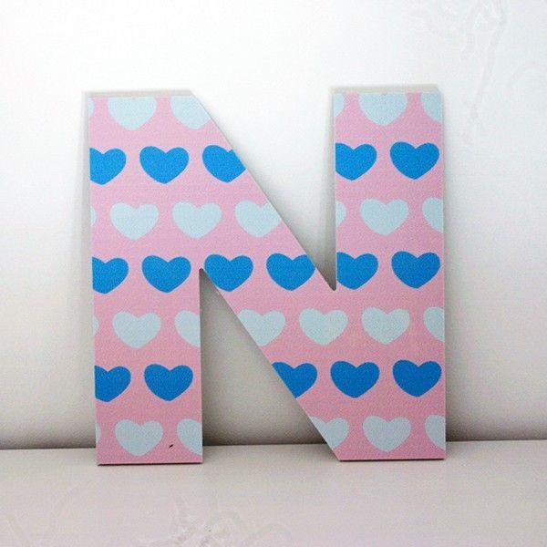 letras decorativas infantiles de la letra n con frontal impreso con corazones - Letras Decorativas