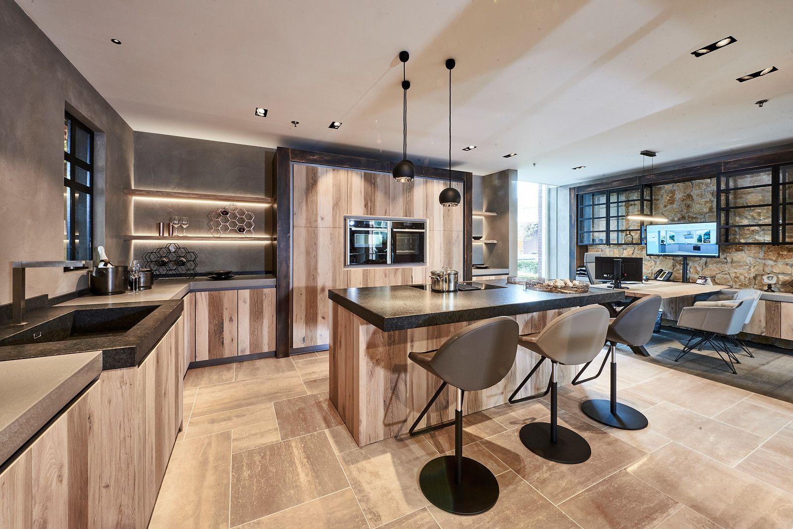 Deze keuken met kookeiland heeft ruimte voor drie barkrukken de l