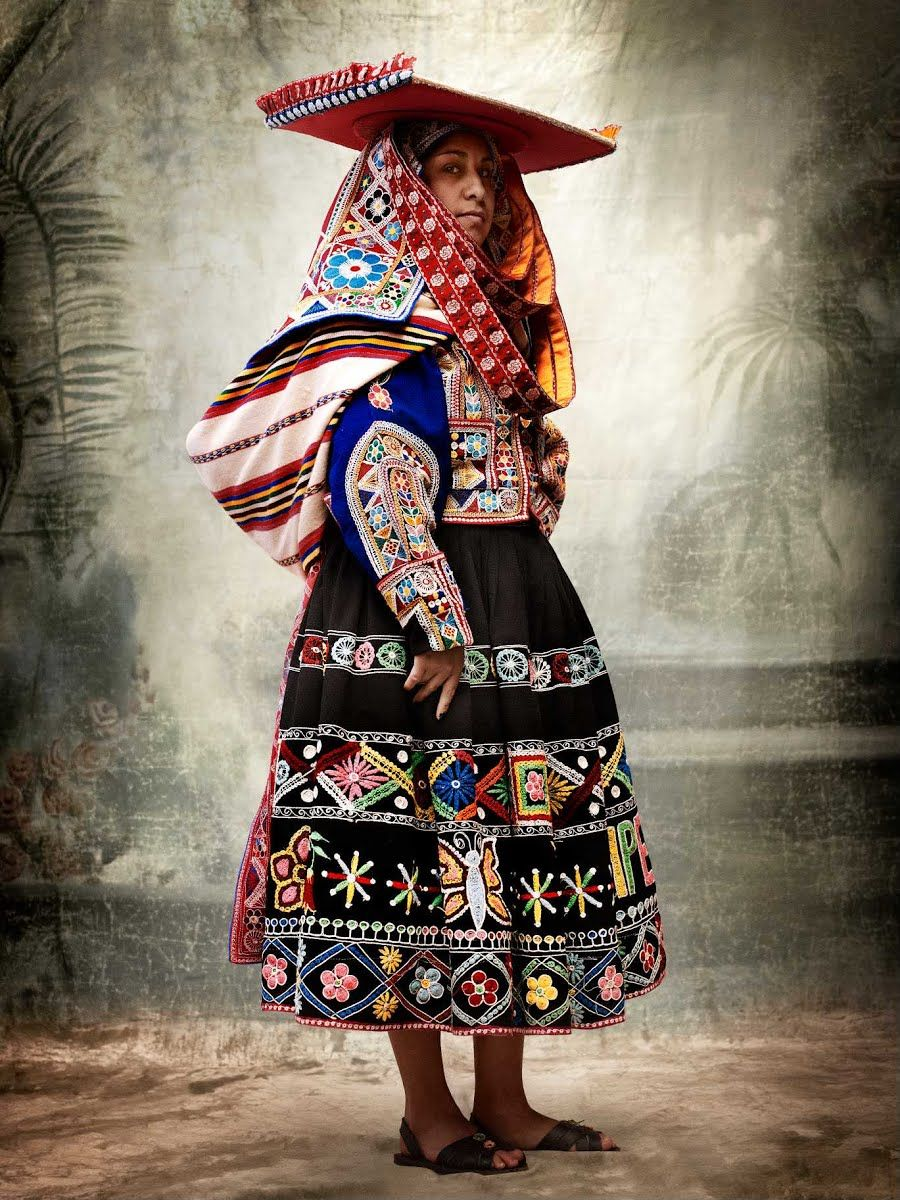 Testino, M. 2013, Traje tradicional femenino del distrito de Tinta, provincia de Canchis, Cusco, Perú 2007, MATE - Asociacion Mario Testino , viewed 31 March 2014,