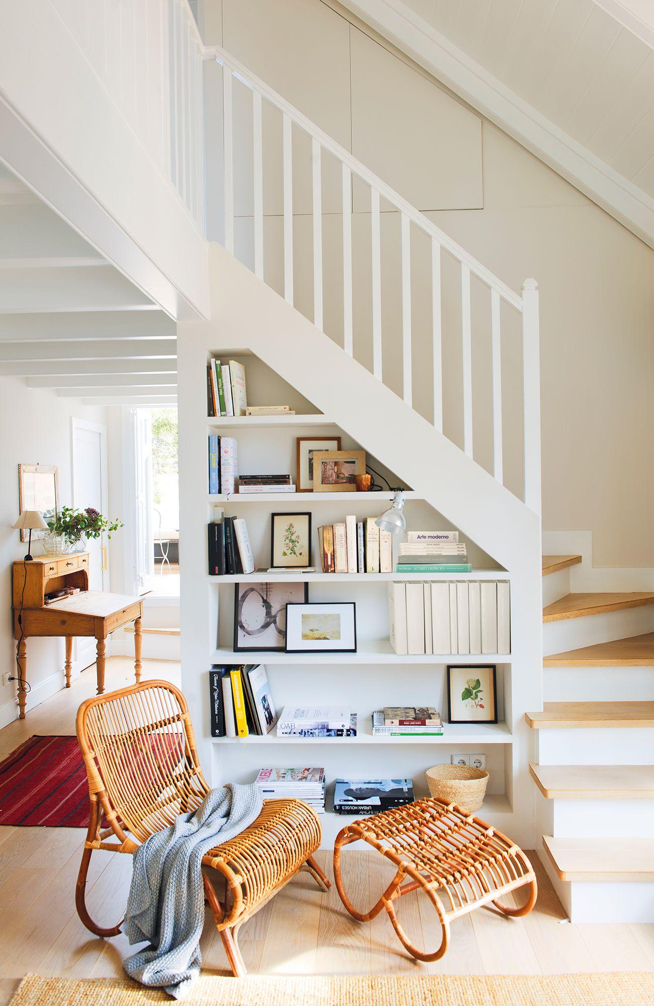 Rinc n de escalera con librer a aprovechando el bajo for Cama bajo escalera
