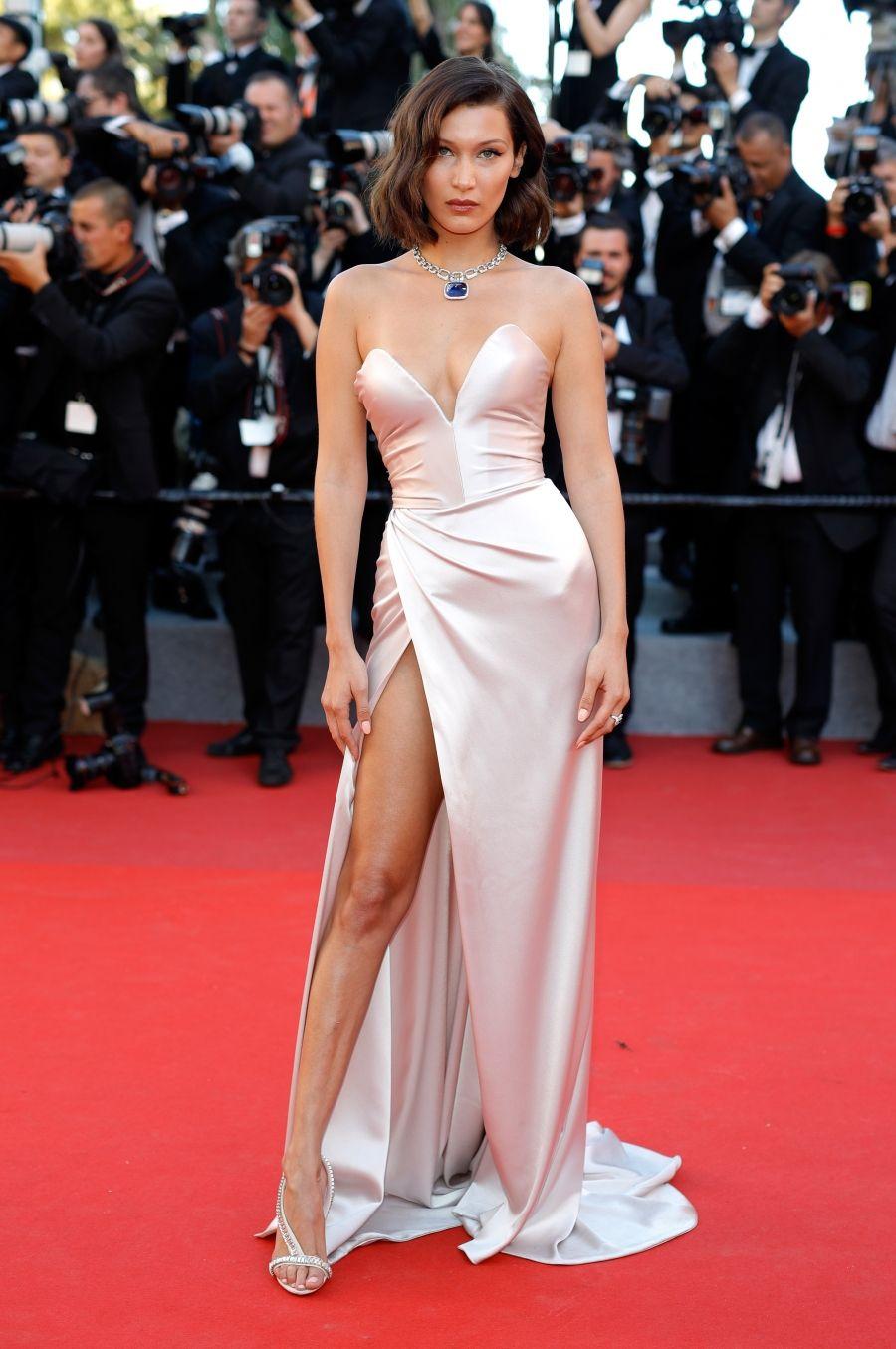 Vestido rosa claro de Bella Hadid de Alexandre Vauthier em Cannes, com  colar de joia e penteado solto, com maquiagem em tons rosé b4e4dc2092