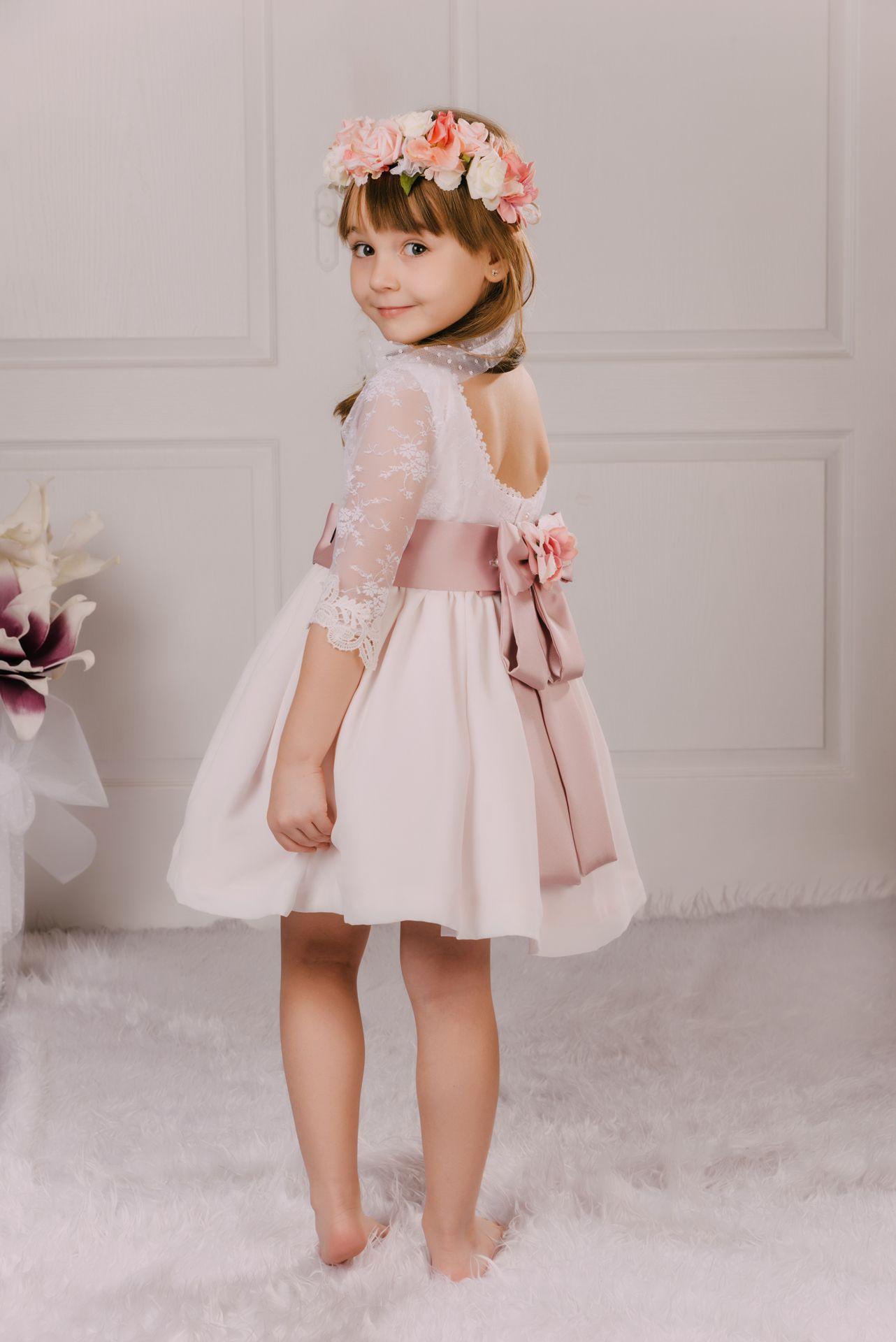 13f9ab210 Vestido de fiesta confeccionado en encaje y gasa con fondo rosa empolvado.  El vestido de