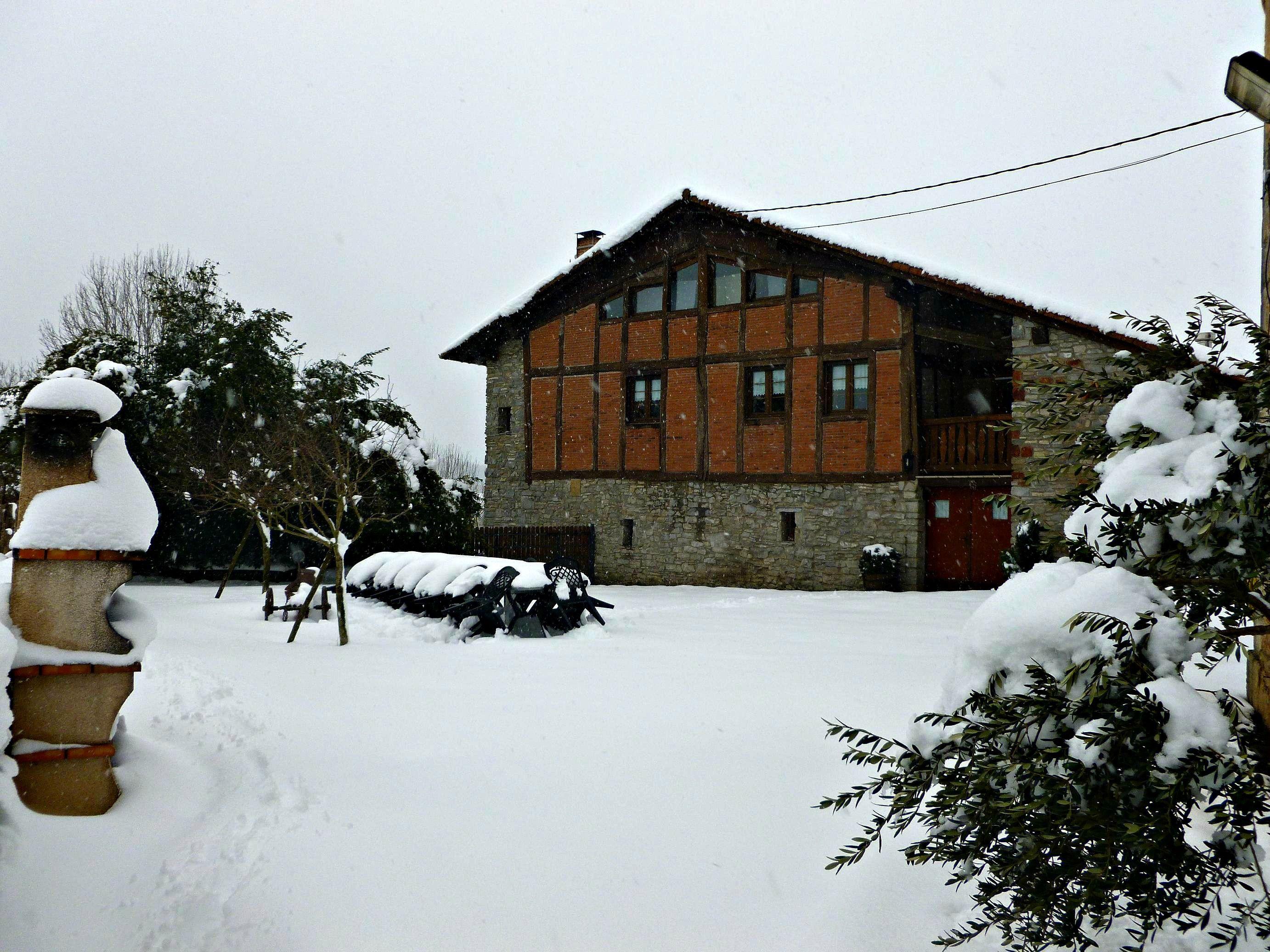 Casa Rural Apezetxea-jardin-nieve-invierno-arruitz-larraun-navarra