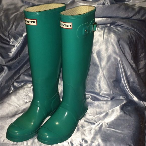 HUNTER Original Tall Gloss Mint Rainboot Womens 8 Like-new mint-colored rainboots from HUNTER! These women's original tall gloss rainboot are a classic style that are stylish and practical! Perfect for nearly all seasons, including spring showers and winter snow storms (best in winter with fleece HUNTER boot lining, also posted in my closet). Hunter Boots Shoes Winter & Rain Boots