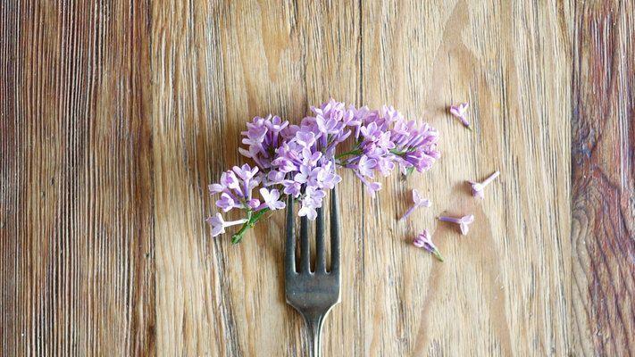 Ikke bare er de vakre og velduftende, men mange av sommerblomstene er også spiselige. Her får du en oversikt over 10 blomster du trygt kan ha på tallerkenen.